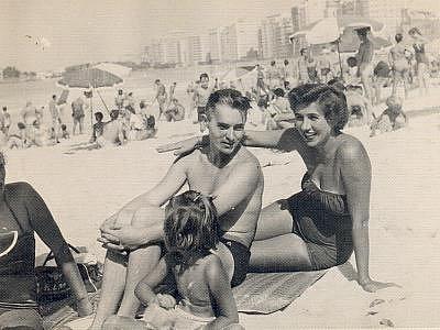Miroslava s manželem Jiřím a dcerou Ivanou na pláži Copacabana.