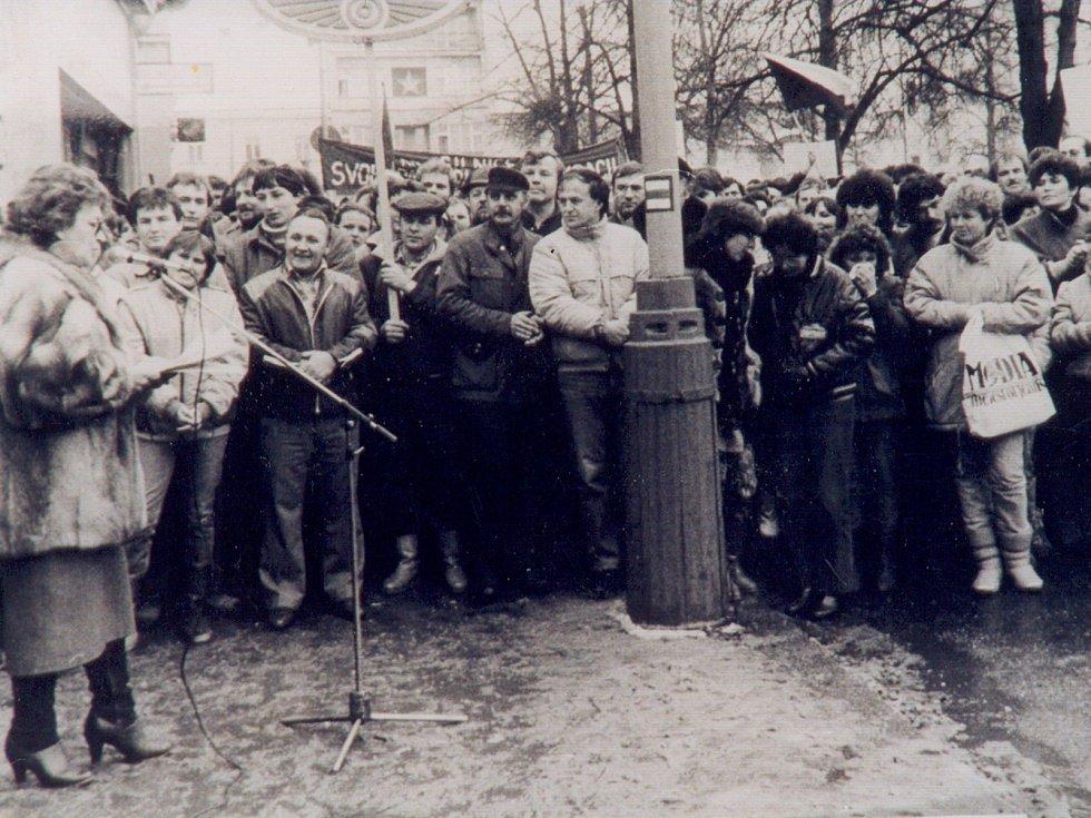 Generální stávka 27. listopadu 1989 na Vítězném náměstí v Benešově. Vlevo hovoří Vlasta Chromá.