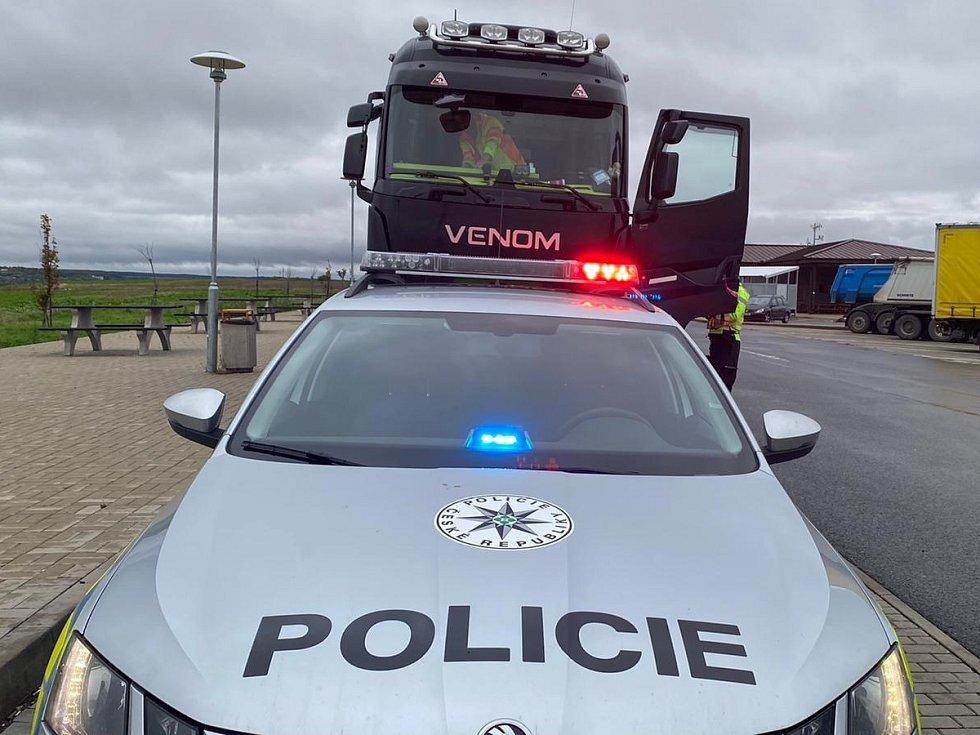 Z policejní kontroly nákladních vozidel.