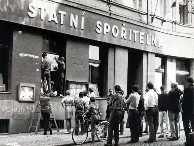 Nepodporujte okupanty – psali odvážní Benešáci a pak plakáty vyvěšovali na Státní spořitelnu
