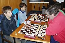 V utkání Vlašim D - Struhařov B zvítězilo mládí nad zkušenostmi. Na snímku vpředu souboj domácího Kryštofa Křížka s Miroslavem Kurelem, vedle Křížka sedí Filip Vopálka.
