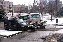 Táborský nízkokapacitní  minibus u květináčů také nemá stát