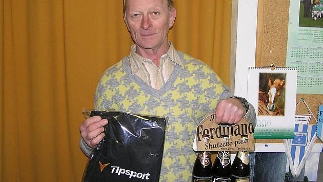František Cipl z Benešova převzal cenu za výhru v 5. kole (ručník od sázkové kanceláře Tipsport a pivo od pivovaru Ferdinand Benešov) za nemocnou manželku Blanku.