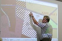 Starosta Martin Kadrnožka při projednávání územního plánu Týnce.