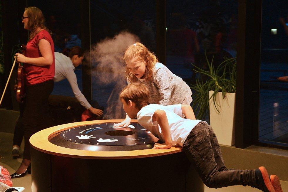 Letos bylo pro návštěvníky, kromě večerní prohlídky stálé expozice, připraveno komentované krmení raků a netopýra rezavého.