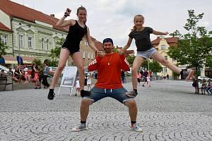 Organizace Dancing Crackers zapojila své členy i veřejnost na votickém náměstí do společného tance.