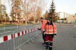 Dezinfikování veřejných prostranství v Benešově pracovníky technických služeb.