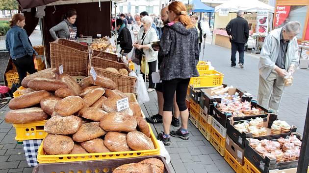 Jak se s podmínkami bezpečnosti před kapénkami čínského viru vyrovnají na farmářském trhu v Benešově například prodejci čerstvého pečiva, bude zřejmé v sobotu 9. května 2020.