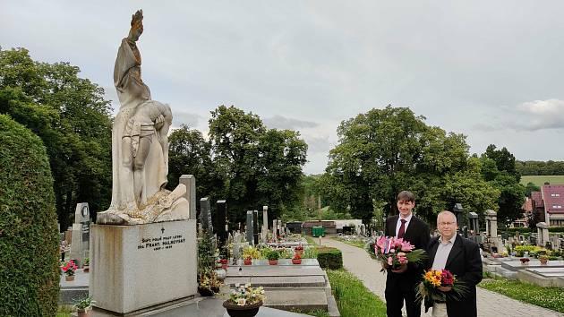 Pieta u hrobu Františka Malkovského na novém benešovském hřbitově. Vlevo je místostarosta Bystřice Daniel Štěpánek, vpravo starosta Maršovic Bohumil Ježek.