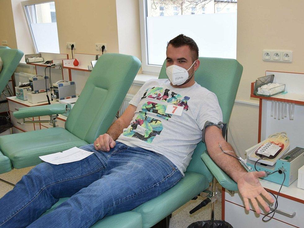 Hokejista HC Lev Benešov při darování krve.