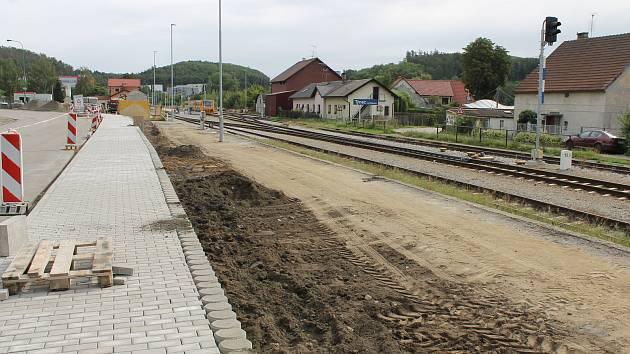 Stavba chodníku od týneckého železničního přejezdu k novému dopravnímu terminálu v pátek 6. září 2019.