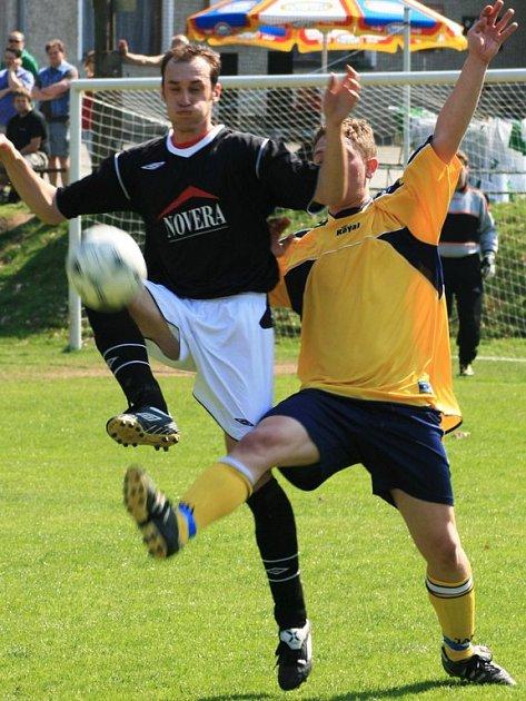 Poříčský obránce David Sysel (ve žlutém) se snažil na míč dostat před jílovského Stanislava Nevrlého.