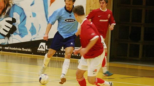 Petr Kilián (v modrém) z Arsenalu zatížil příbramské konto třemi góly.