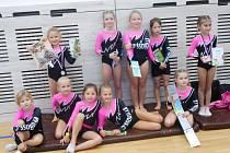 Nejmenší gymnastky z Domu dětí a mládeže v Benešově na závodech v Týnci nad Sázavou.