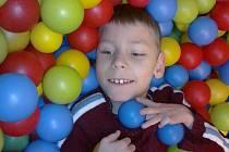 Malý Jiřík by v bazénku plném plastových míčků vydržel lenošit celé hodiny.