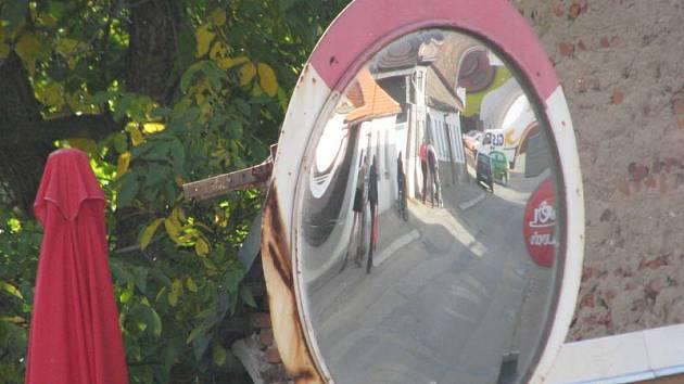 Spoléhat v Neveklově na zrcadlo na rohu Benešovské a Táborské ulice nejde.