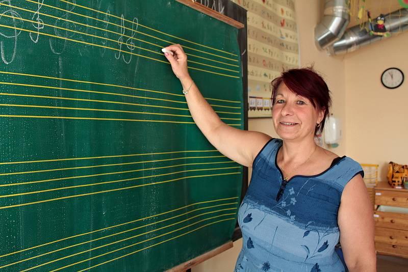 Základní škola patří k Teplýšovicím dál, a to přesto, že ji v těžkých dobách už někteří obyvatelé odepisovali. Ředitelka ZŠ a MŠ Charlotta Kurcová.