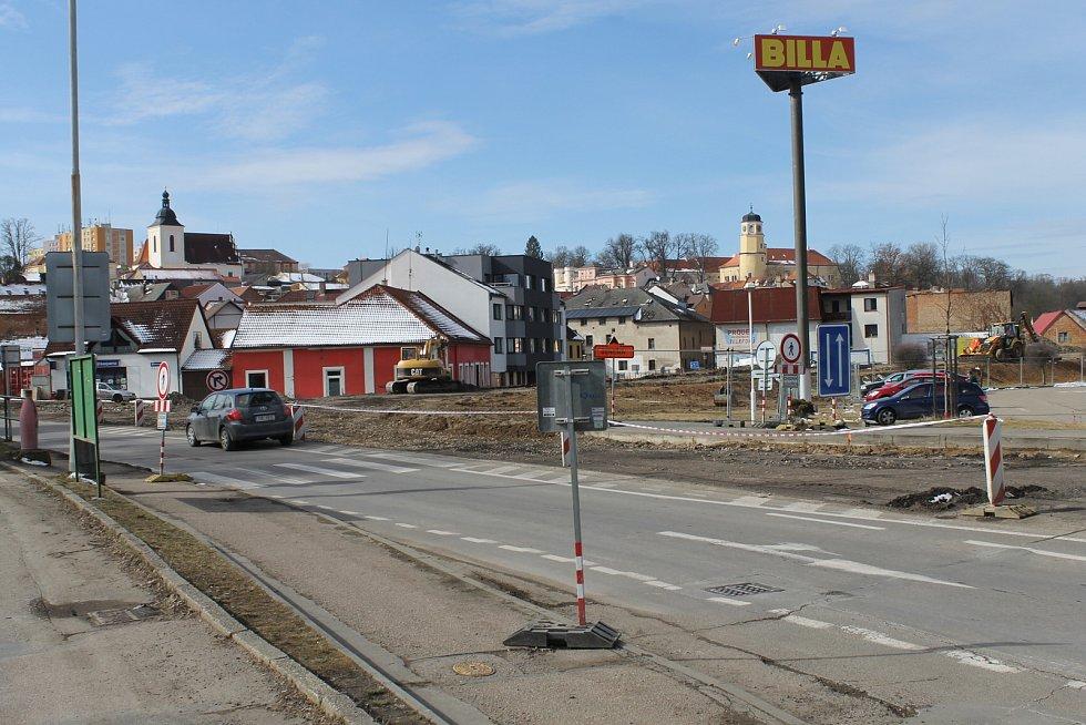Křižovatka ve Vlašimi, v polovině března tu byl zahájen projekt na výstavbu kruhového objezdu. Archivní foto.