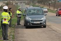 Řidiče kontrolovali frekventanti policejní školy pod dohledem zkušených dopravních policistů.