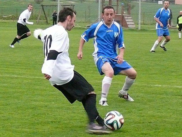 Teplýšovický Jan Kukač odehrává míč sledován nespeckým Vladislavem Syslem.