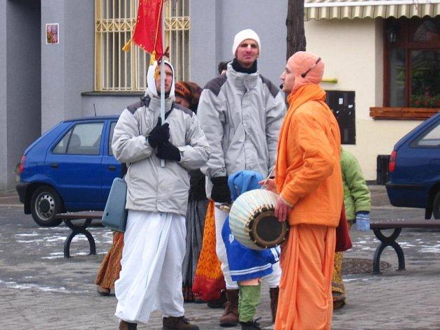 Do obce u Chotýšan na návštěvu usedlosti, kterou užívá hnutí Hare Kršna, zvali na nedělní odpoledne (8. února) členové komunity známé nestandardním způsobem života celých rodin.