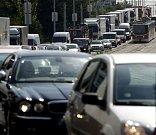 Po uzavírce Lanového mostu na Jižní spojce v Praze se 22. srpna 2008 zvýšil provoz na objízdné trase skrz Hostivař, vedené po Švehlově ulici.