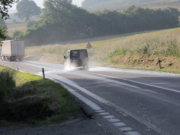 Voda z pole vytéká na vozovku už i po běžných deštích.