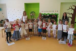 Děti z mateřinky MiniSvět v Mrači dostaly vysvědčení.