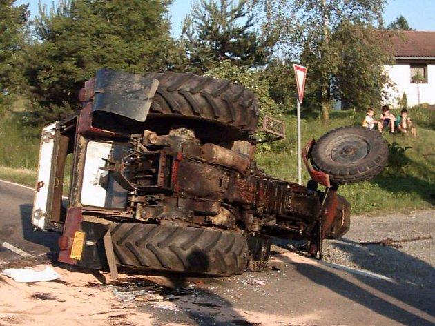 Dopravní nehoda traktoru a osobního automobilu u Bukovan