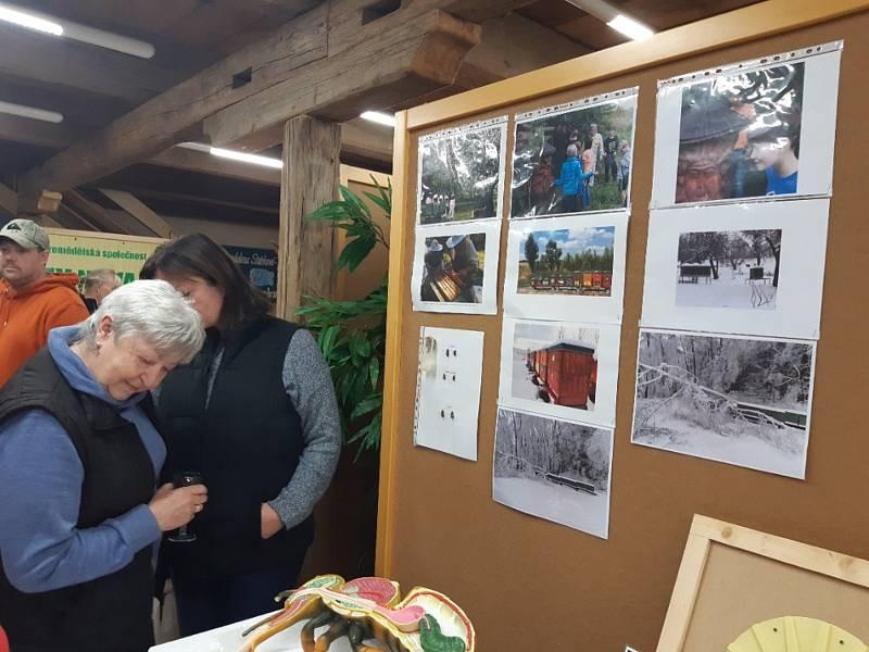 Z vernisáže výstavy včelařů z Ouběnic ve špejcharu v Olbramovicích.