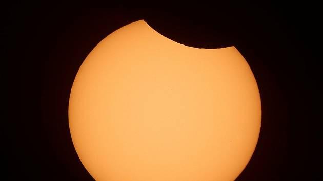 Detail částečného zatmění slunce.