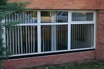 Roztažené žaluzie na oknech bývalé posilovny dovolují nahlédnout do zcela prázdných místností.