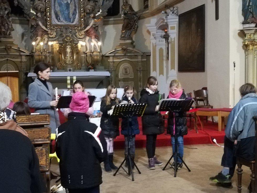 Z adventního vystoupení pěveckých sborů ze Základní školy Karlov v kostele sv. Mikuláše v Benešově.