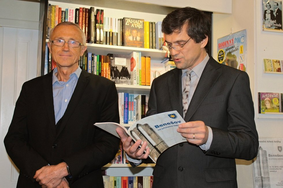 Ředitel MUD Benešov Tomáš Fassati (vlevo) a spisovatel a básník Pavel Hoza.