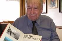 Vladimír Cidlinský se svými cestovními zápisky.