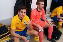 Michal Kučaba (ve žlutém) s brankářem Lukášem Repáněm o poločasové přestávce v benešovské kabině v Tachově.