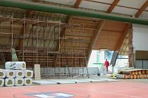 Výstavba tribuny v neveklovské hale.