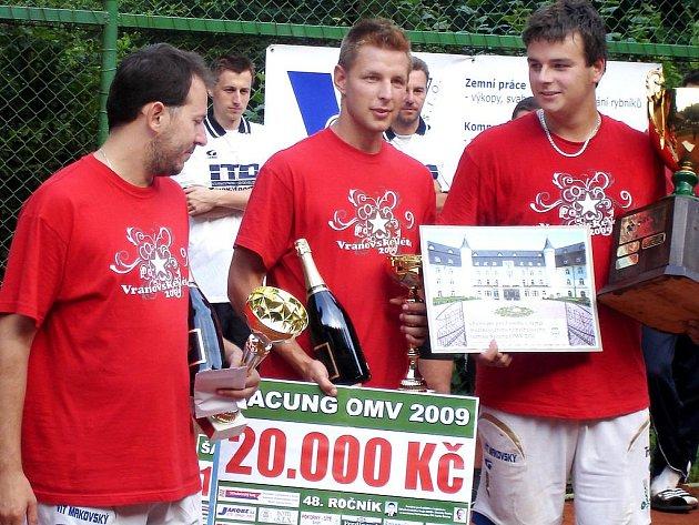 Vítězná trojice z Modřic s trofejemi. Zleva Michal Kokštein, Radek Pelikán, Pavel Kop.