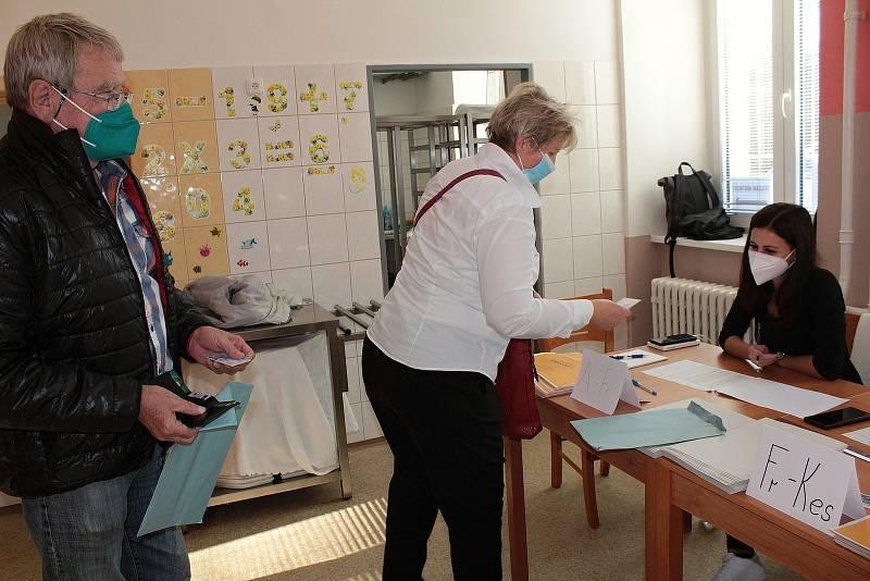 Parlamentní volby: Týnec nad Sázavou, volební okrsek číslo 1 je tradičně ve staré škole.