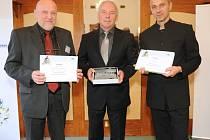 Dekorování nejúspěšnějších měst kraje se zúčastnili starosta Benešova Jaroslav Hlavnička (uprostřed) a místostarosta Tomáš Podhola (vpravo). Vlevo je Arnošt Vajzr, starosta Mnichova Hradiště.