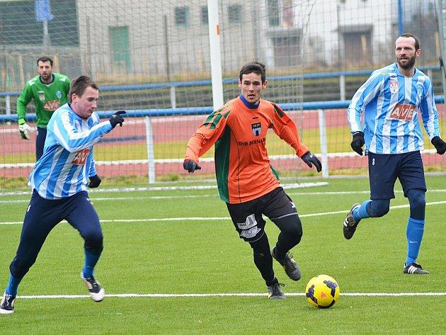 Obránce Pavel Radoš (u míče) se stal první posilou Vlašimi a proti Čáslavi odehrál celý zápas.