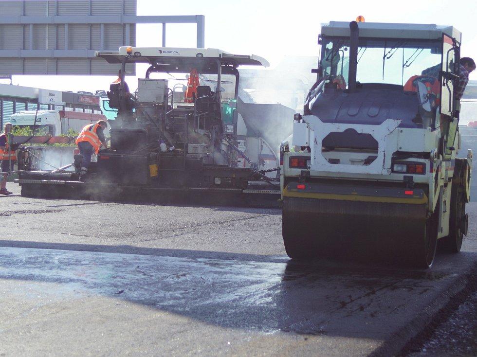 Z rekonstrukce pravého jízdního pásu D1 mezi exitem 2 Chodov a exitem 12 Modletice na dálnici D1.
