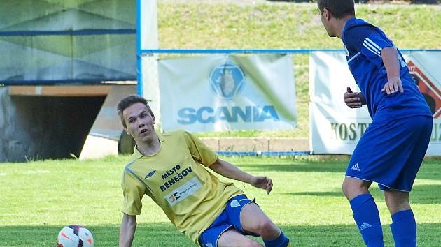 Filip Linhart (ve žlutém) u U17 odehrál na Motorletu první celý zápas za devatenáctku Benešova.