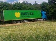 Nafta se z nádrže kamionu vylila na silnici z Litichovic do Divišova.