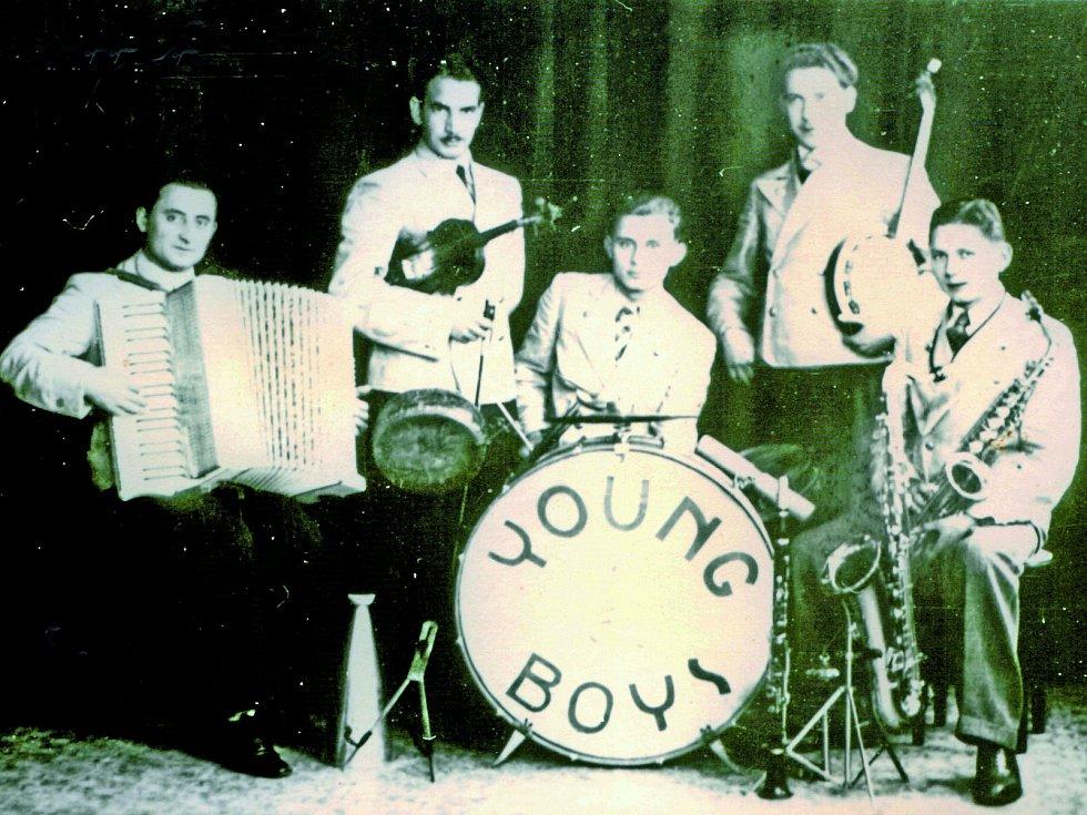 """Jazzový soubor """"Mladí chlapci"""" pod vedením Josefa Hrdiny (první zleva), obětavého Sokola, nadšeného hudebníka a drogisty zKomenského ulice."""
