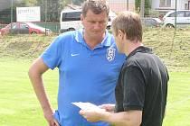 Trenér Vlašimi Michal Horňák s asistentem Vladimírem Koutem (vlevo) přemýšlí, koho poslat na hřiště.
