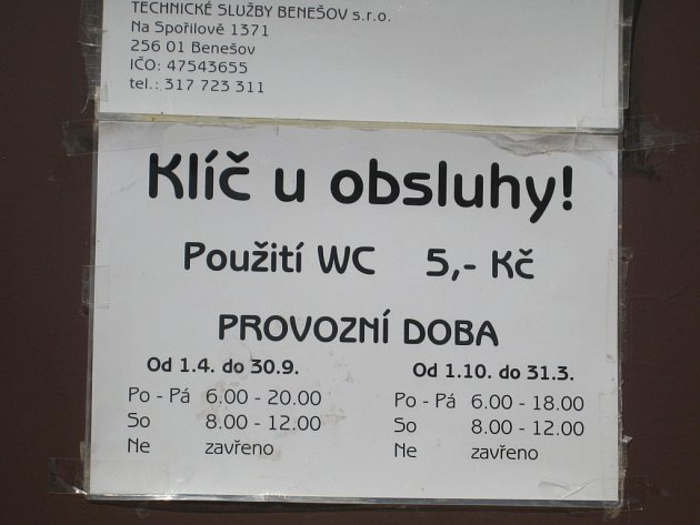 Nápis na toaletě ve Vlašimské ulici.