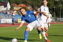 Obránce Vlašimi Jan Vondra (v modrém) si kryje míč před ústeckým Janem Eliášem.