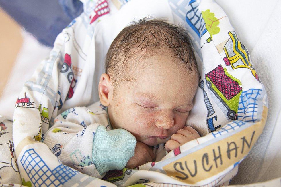Michal Suchan se narodil v nymburské porodnici 23. února 2021 v 13.28 hodin s váhou 3870 g a mírou 52 cm. Chlapeček bude vyrůstat v Městci Králové s maminkou Veronikou, tatínkem Pavlem a bráškou Jakubem (3 roky).