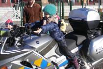 Předškoláci si vyzkoušeli alkoholtest, reflexní vesty i motorku.